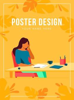 젊은 작가 또는 새로운 기사를 작업하는 작가. 깨끗한 종이에 앉아있는 여자, 구겨진 초안 조각
