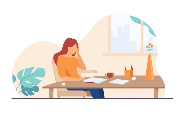 Молодой автор или писатель работает над новой статьей