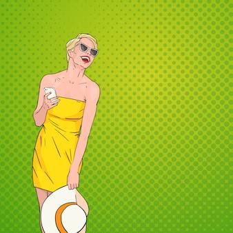 Молодая красивая женщина, смеясь над поп-арт красочный фон в стиле ретро