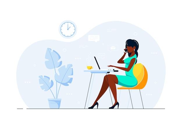 Молодой черный бизнес-леди работает на ноутбуке за столом в офисе. плоский стиль иллюстрации