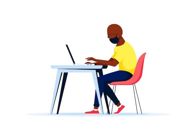 Молодой черный человек, работающий на ноутбуке за столом. плоский стиль.