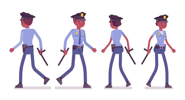 歩く若い黒人警察官