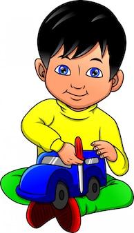 장난감 자동차를 재생하는 어린 소년