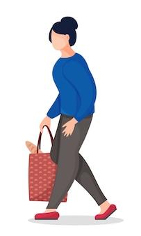 手にパンとバッグを保持している若いブルネットの女性