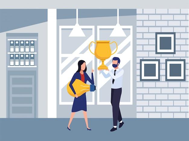 Молодая деловая пара работает в команде с персонажами трофейного кубка