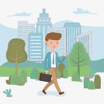 Молодой бизнесмен гуляя в парк