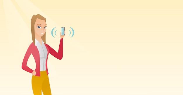 Молодая кавказская женщина держа звеня мобильный телефон