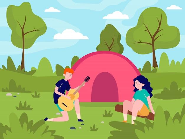 若いカップルが森でキャンプ