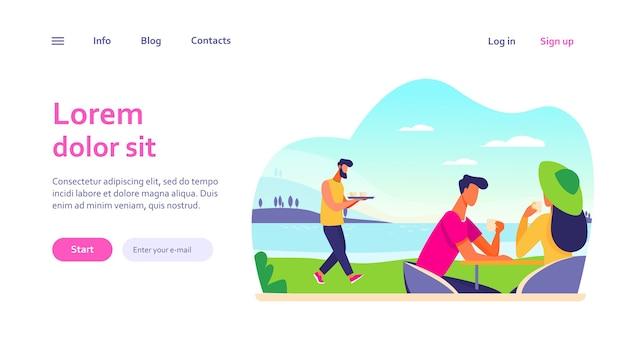 Молодая пара, пить кофе возле озера. свидание, море, кафе, отдых. концепция выходных и природы для дизайна веб-сайта или целевой веб-страницы
