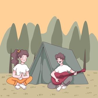 若いカップルはキャンプで楽しむ、森の公園のテントの前でガールフレンドとギターを弾く男、漫画のキャラクターの描画スタイルのフラットなイラスト
