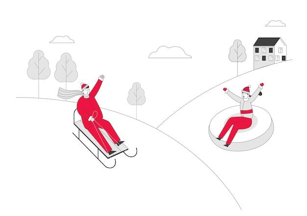 Молодая пара весело катается на санях на санях и спускается по склону зимой