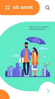 Giovane coppia in pioggia illustrazione vettoriale. uomo e donna in impermeabili in piedi sotto l'ombrello sulla strada urbana