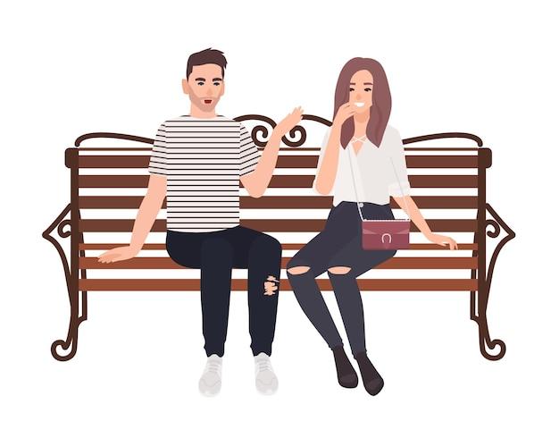 通りのベンチに一緒に座って話している若いカップル。幸せな男と女の愛の白い背景で隔離。ロマンチックなデートの男の子と女の子。フラット漫画スタイルのカラフルなベクトルイラスト。