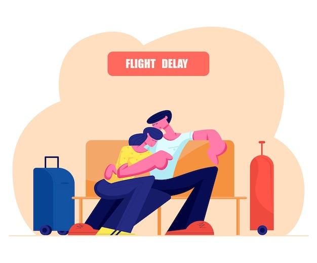 수하물 가방이있는 벤치에서 잠자는 젊은 부부는 공항 대기실 근처에 서 있습니다.