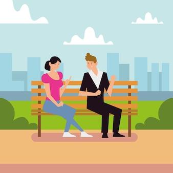 Молодая пара разговаривает, сидя на скамейке в парке