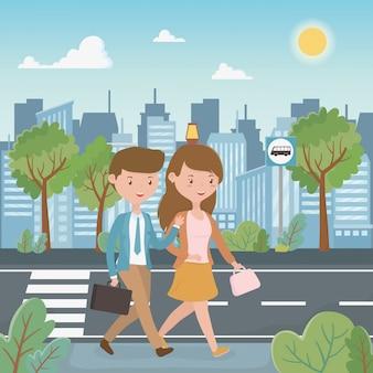 Молодая пара гуляет по улице персонажей