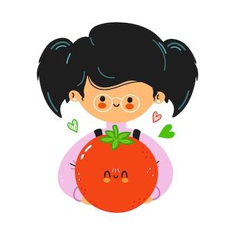 若いかわいい面白い少女はトマトを手に持っています