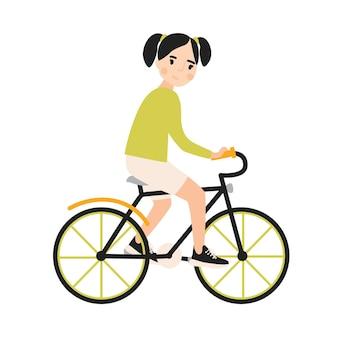 自転車に乗って若いかわいい笑顔の女の子。白い背景で隔離のアーバンバイクをペダリング陽気な子供自転車。子供のためのスポーツ活動。フラット漫画スタイルのカラフルなベクトルイラスト。