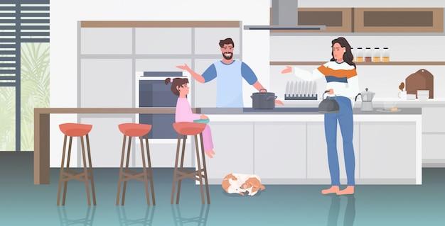 Молодая семья, проводить время вместе оставаться дома концепция карантин пандемии коронавируса