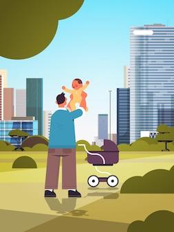幼い息子の父性の子育ての概念を保持している若い父彼の子供の街並みの背景の完全な長さの垂直ベクトル図