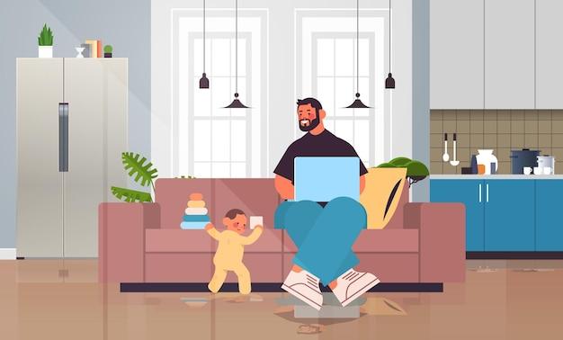 幼い息子と遊んで、ラップトップの父性の子育ての概念を使用している若い父親は、自宅のリビングルームのインテリアの完全な長さの水平方向のベクトル図で彼の子供と一緒に時間を過ごしています