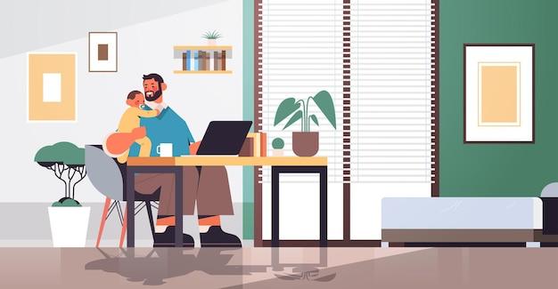 幼い息子と一緒に職場に座っている若い父親父親の子育ての概念お父さんは自宅のリビングルームのインテリア水平全長ベクトルイラストで彼の子供と一緒に時間を過ごす