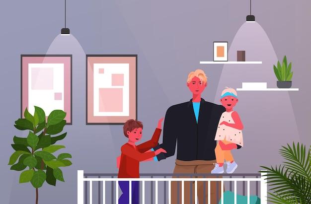 그의 아이 침실 인테리어 초상화 가로와 함께 시간을 보내는 침대 아버지 육아 개념 아빠 근처 딸과 아들과 함께 서있는 젊은 아버지