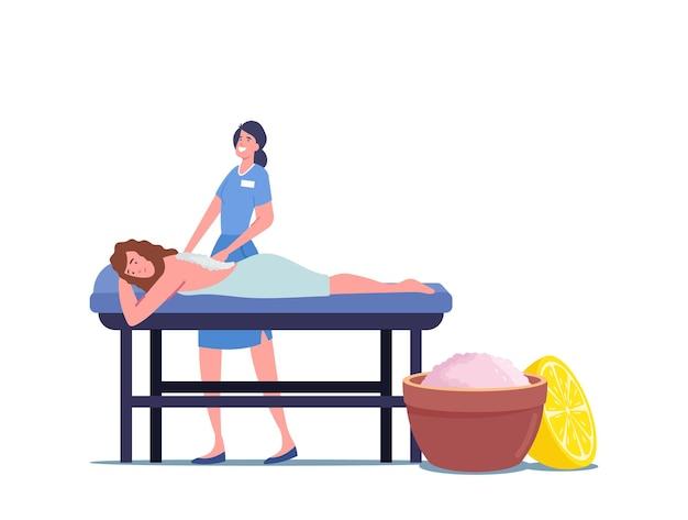 Молодой женский персонаж, лежа на столе, получая расслабляющий массаж спины с солевым скрабом в спа-салоне. женщина получает уход за телом и лечение у профессионального терапевта. мультфильм люди векторные иллюстрации