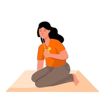 Молодая девушка, пить лимонад из соломы на персиковый коврик.