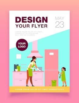 彼女のお母さんがキッチンを掃除するのを手伝って、家具をまぶして、冷蔵庫のチラシテンプレートを拭く若い女の子