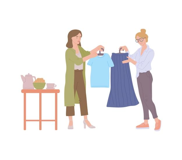 Молодая девушка предлагает старый гардероб для обмена на вечеринке обмена