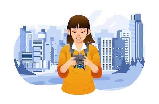 Молодая девушка-фотограф проверяет свое изображение в цифровой камере, делая снимок здания в городе. используется для плаката всемирного дня фотографии, изображения веб-сайта и других