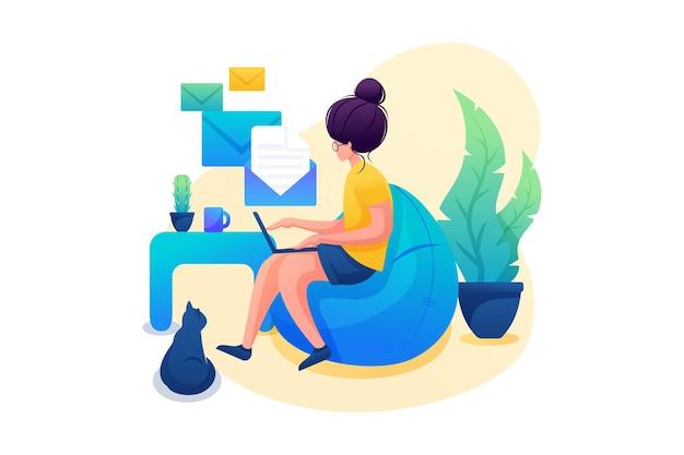 어린 소녀는 집에서 일하고, 원격 작업을 하고, 메시지를 보냅니다. 플랫 2d 캐릭터. 웹 디자인에 대한 개념입니다.