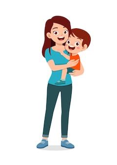 Молодая красивая мама несет милого ребенка