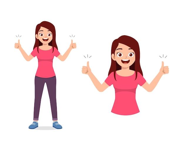 Молодая красивая женщина делает позу большого пальца вверх