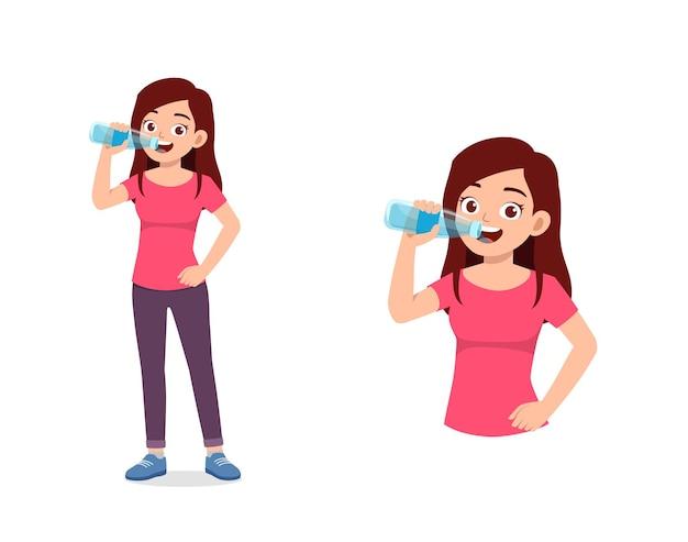 Молодая красивая женщина пьет воду из бутылки