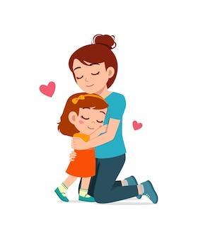 Молодая счастливая мать обнимает милую маленькую девочку