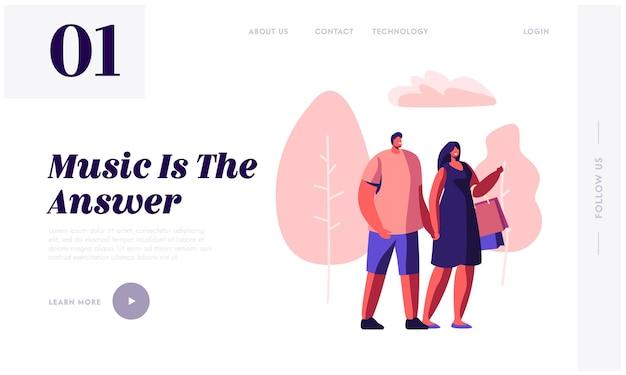 手をつないで、女性が買い物袋を運ぶ都市公園を歩く若い愛情のあるカップル。夏のレジャー、デート、ミュージカルコンサートのウェブサイトのランディングページ、ウェブページ。漫画フラットベクトルイラスト
