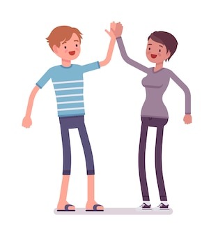 Молодой мужчина и женщина, давая высокие пять