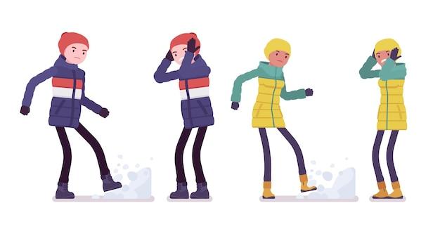ネガティブな感情の中でダウンジャケットを着た若い男女、柔らかな暖かい冬の服、クラシックなスノーブーツと帽子を身に着けた不幸