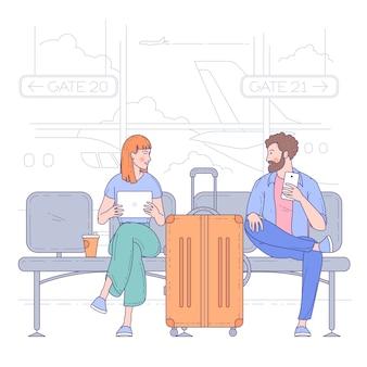 空港ターミナルに座っている若い男性と女性。旅行と休暇の概念。