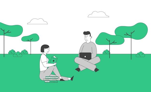 若い男性と女性の学生は自然の背景に屋外で勉強します
