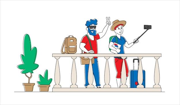 若い男性と女性の観光客が携帯電話でカップルしてホステルのバルコニーで写真を撮る