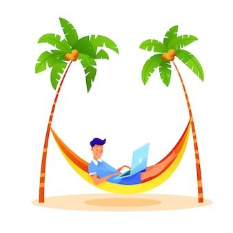 Молодой человек фрилансер, набрав ноутбук на пляже