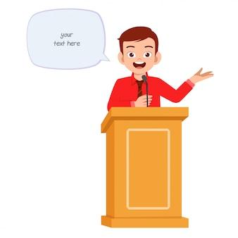 若い男は表彰台で良いスピーチを与える