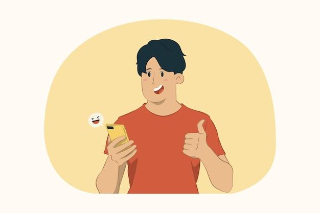 Молодой человек держит мобильный телефонный чат в социальной сети, показывает концепцию жестов