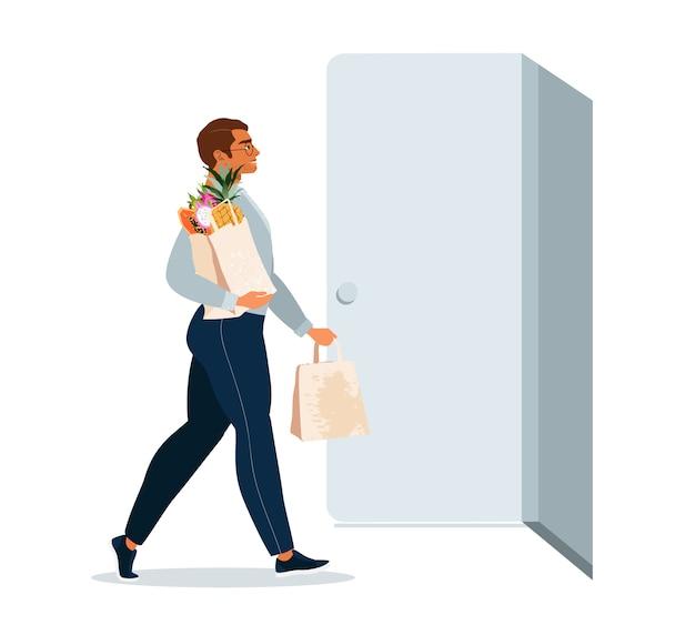종이 음식 가방을 들고 젊은 남자. 격리 및 가정 음식 배달 개념입니다. 음식을 배달하는 사람. 전체 쇼핑 가방과 함께 문 옆에 서있는 남자.