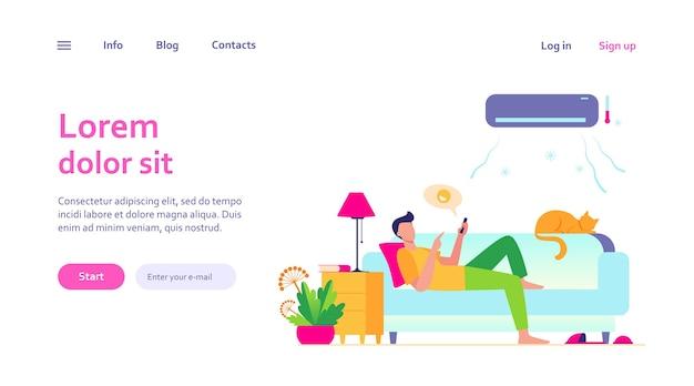 Молодой человек отдыхает на диване под кондиционером. мультфильм парень в холодной комнате в чате через смартфон. цифровые технологии и концепция летнего дома