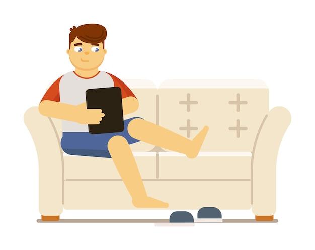 若い男は、ソーシャルネットワークとチャットしたり、白い背景で隔離のビデオイラストを見ながらモバイルタブレットでソファで休む