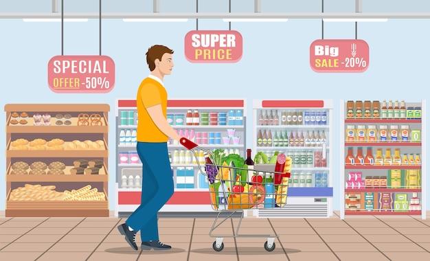 Молодой человек, делающий покупки за продуктами